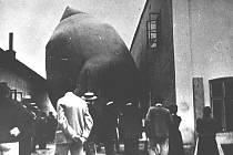 Snímek neznámého autora z 19. června 1901 znázorňuje plnění Hronova balonu plynem z plynárny.