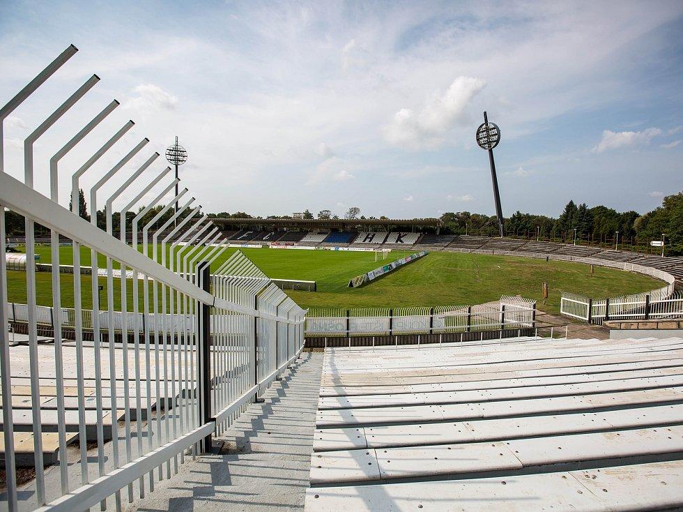 """Hradecký fotbalový stadion v Malšovicích se bude rekonstruovat, k zemi půjdou i známá """"lízátka""""."""