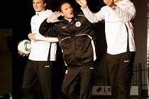 Modelkám na přehlídkovém mole zdatně sekundovali prvoligoví hráči FC Hradec Králové, kteří předvedli především sportovní módu.