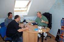 V DALŠÍ ROLI. Hradeckého lékaře Jiřího Neumanna (vpravo) nyní čeká kromě léčby pacientů také manažerská činnost. Tu od něho vyžaduje pozice šéfa organizačně-lékařské sekce české atletické reprezentace.