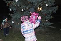 Nejmenší pod rozsvíceným stromečkem.