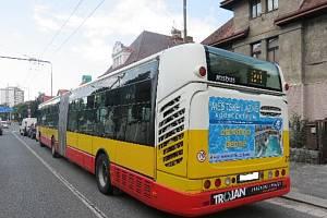 Ve Střelecké ulici boural autobus, dvě auta i autoškola