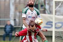 Souboj lídrů ČFL: Jiří Duben z Olympie Hradec Králové vyskočil na jednoho z protihráčů vedoucího týmu Jiren.