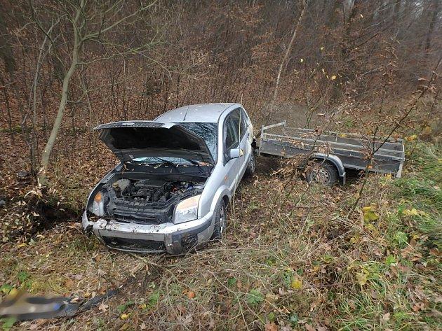 Havárie auta spřívěsným vozíkem uChlumce nad Cidlinou.