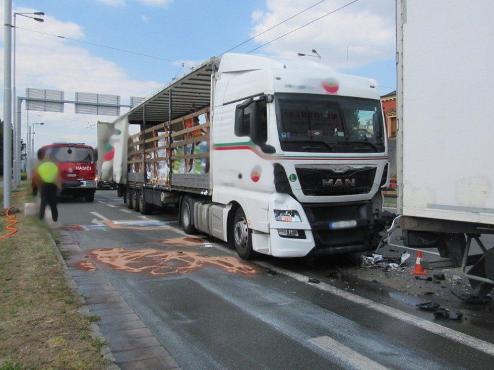 Dopravní nehoda dvou nákladních a jednoho osobního automobilu v hradecké Brněnské ulici.