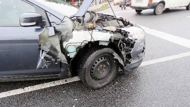 Kolize osobního automobilu s návěsem vleku jiného vozidla v Třebechovicích pod Orebem.