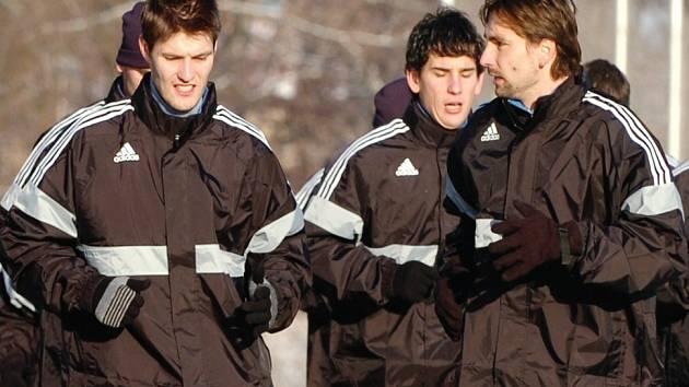 MOC ČASU popovídat si během tréninku, jako v tomto případě Jiří Pospíšil (vpravo) s Tomášem Hašlerem, hradečtí fotbalisté nemají.
