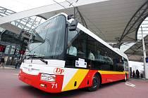 Nové kloubové autobusy vyrazí na trasu dnes ráno. Svou premiéru mělo jedenáct vozů již včera za účasti veřejnosti.
