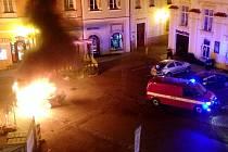 Požár osobního automobilu BMW v královéhradecké ulici V Kopečku.