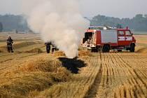 Požár slámy na poli u obce Sadová.