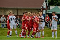 STÁLE STOPROCENTNÍ jsou v krajském přeboru fotbalisté Nového Bydžova (v červeném), sérii drží 11 zápasů.