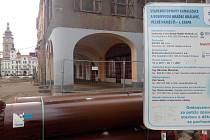 Rozkopané náměstí Hradečanům stále znepříjemňuje život.