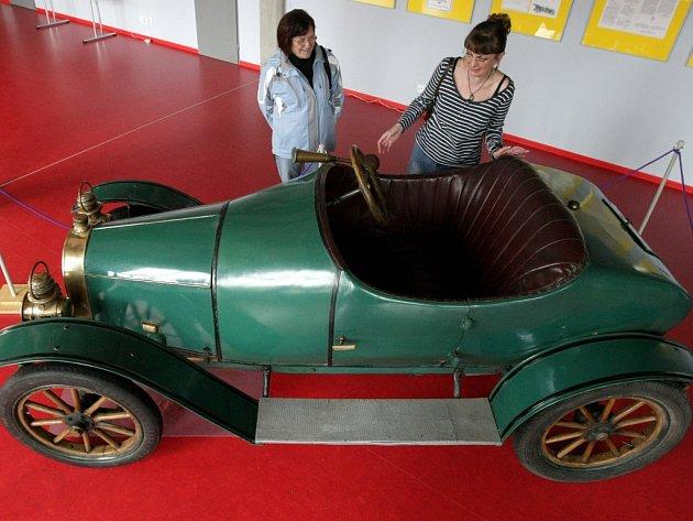 Unikátní automobil značky KAN v hradecké městské knihovně.