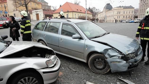 Dopravní nehoda na křižovatce poblíž královéhradeckého soudu.