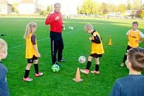 Trenér Mirza Rahimič při ukázkové tréninkové jednotce s týmem FC Hradec Králové U-7.