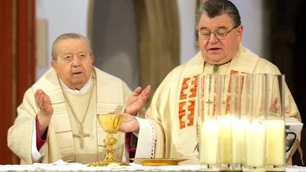 Karel Otčenášek (vlevo) a Dominik Duka (vpravo) při Tříkrálové sbírce 2009 v Hradci Králové.