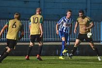 Utkání I. A třídy mezi týmy Náchoda B (v modrobílém) a Nepolis skončilo výsledkem 8:0 pro domácí.