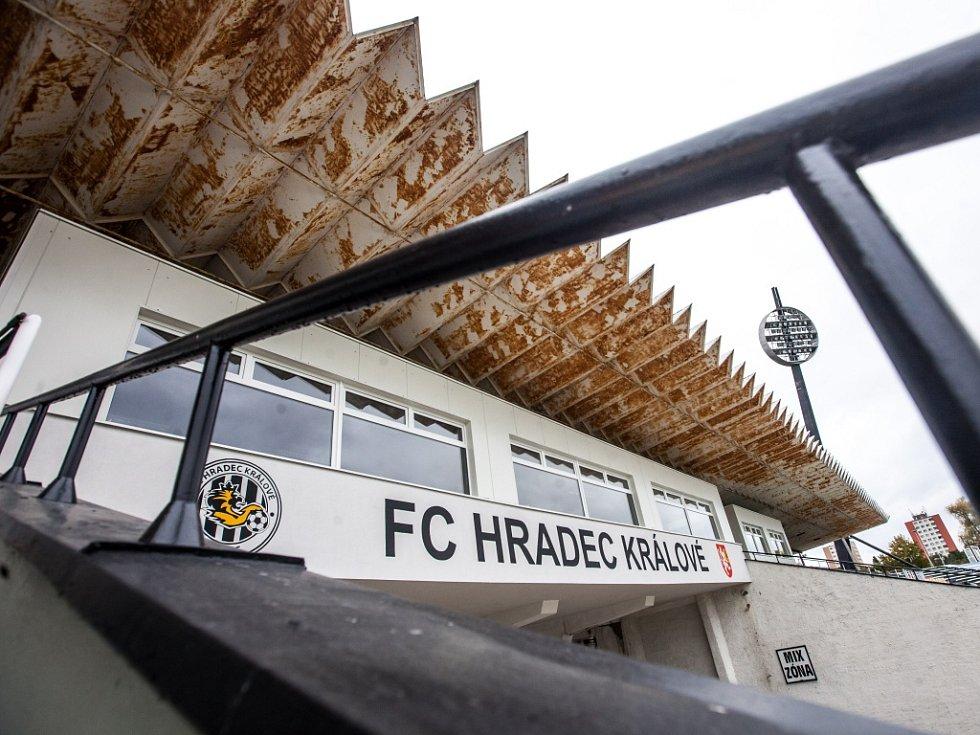 Rekonstruovaná východní tribuna královéhradeckého fotbalového stadionu.