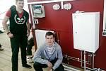 Žáci studijního oboru Mechanik instalatérských a elektrotechnických zařízení z hradecké SOŠ a SOU Vocelova při celostátní soutěži v Sušici.