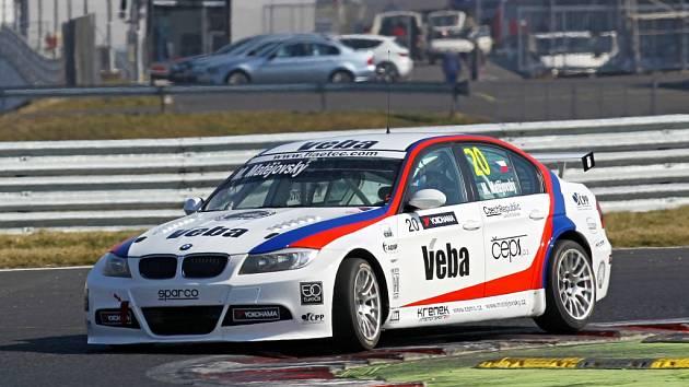 Automobilový závodník Michal Matějovský s vozem na okruhu.