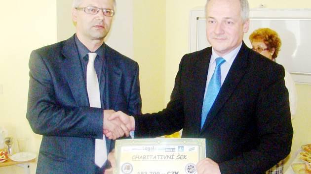 Šek z letošního Dne partnerů OFS Hradec Králové na 153 700 Kč předseda OFS Hradec Martin Zbořil předal Romanu Prymulovi, řediteli Fakultní nemocnice Hradec Králové.