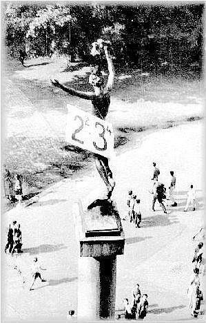 Oblečená socha Vítěze zroku 1964.