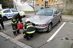 Únik provozních kapalin ze zaparkovaného osobního vozidla v hradecké Selicharově ulici.