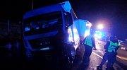 Osudná nehoda kamionu a osobního vozidla u Holohlav.
