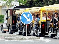Turistický vláček zahájil provoz na prvního máje.