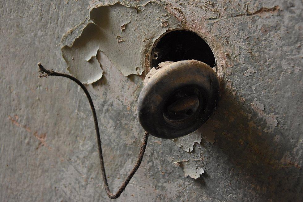 Po nájezdech zlodějů zde zůstalo jen málo.