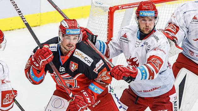 Hradečtí hokejisté (v tmavém) ve středu prohráli s Třincem 2:3, přestože v zápase už vedli 2:0.