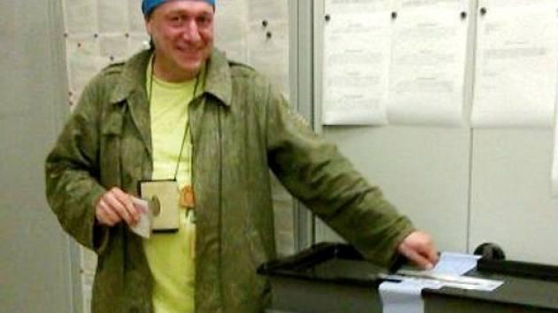 Petr Luska volil v Ratajích. Nebyl sám - dopluli sem s ním Hradečáci Olga Jiroutová, Zuzana Tylšová a Josef Rohlena.