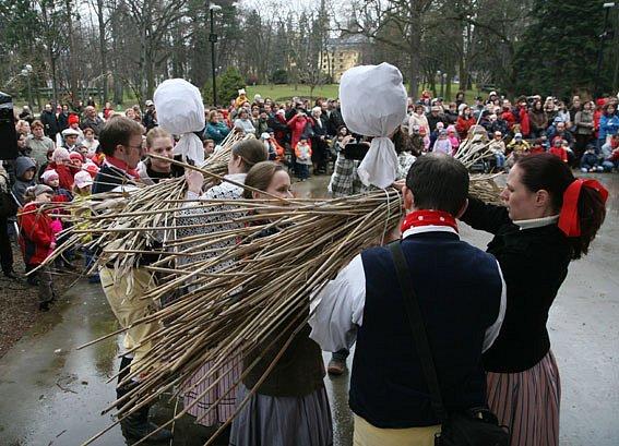 Hradec Králové se definitivně rozloučil se zimou. V Jiráskových sadech se konala již tradiční akce nazvaná Vynášení Smrtholky, kdy dvě zhotovené postavy zimy skončily v Labi a v Orlici.