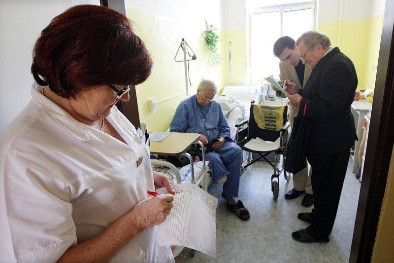 Volby do krajského zastupitelstva a do Senátu v krajském městě Hradci Králové. V léčebně pro dlouhodobě nemocné měli pacienti možnost volby do Senátu PČR.