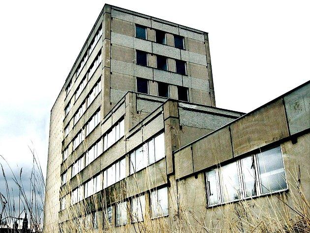 TAKŘKA ČTVRT století hyzdí tvář města betonové monstrum u Aldisu.
