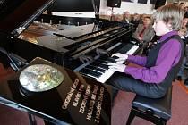 Pianosalon společnosti Petrof v hradeckém kulturním domě Střelnice.