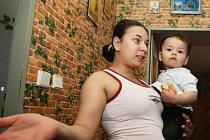 V obytném domě v ulici Pod Zámečkem prožívají nájemníci probdělé noci. Na fotografii je Marie Hubalová