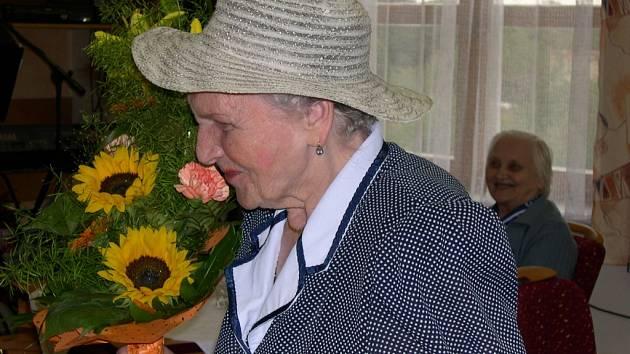 Život bez zbytečného stresu, zdravá strava a nekuřáctví. Takový je recept na dlouhověkost, který nám při páteční oslavě svých 100. narozenin prozradila Růžena Křechová.