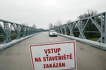 Uzavřený most ve Vysoké nad Labem.