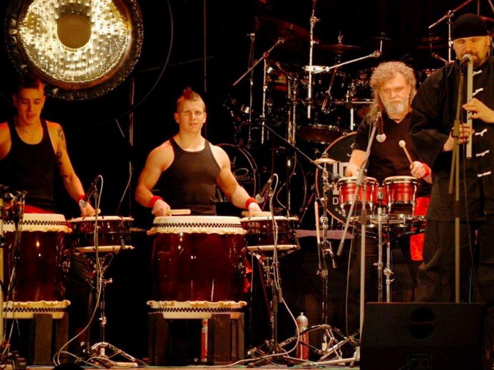 Z vystoupení formace Jumping Drums.