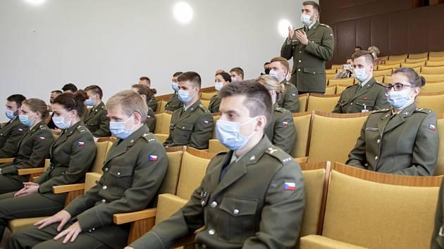 Předseda vlády Andrej Babiš a ministr obrany Lubomír Metnar poděkovali na Fakultě vojenského zdravotnictví Univerzity obrany v Hradci Králové armádním medikům.
