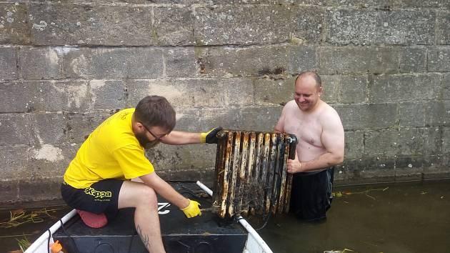 Při úklidu Labe našli 140 kilo šrotu i útočný granát.