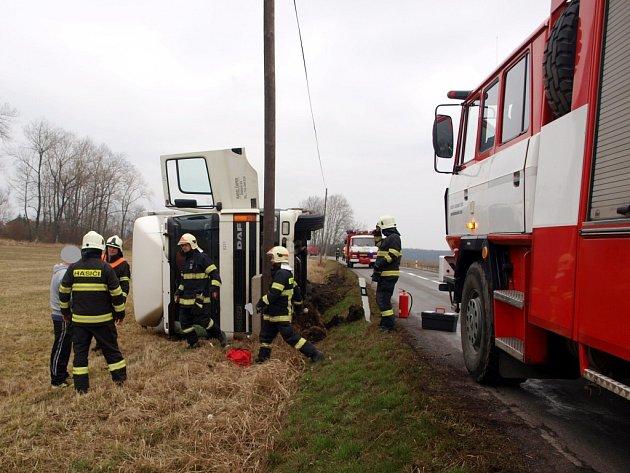 Havárie nákladního vozidla ve Starých Nechanicích.