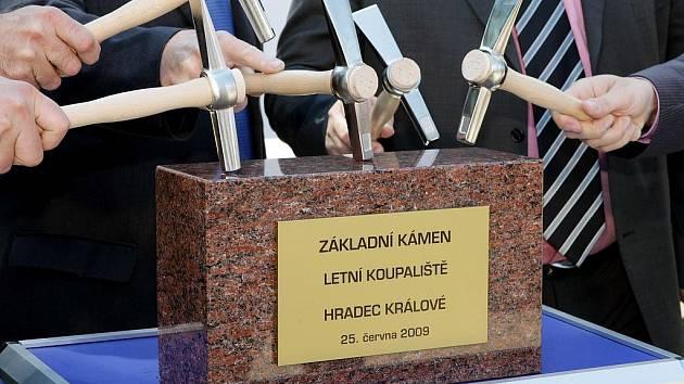Zástupci města Hradce Králové a zástupci investora slavnostně poklepali 25.6. na základní kámen letního koupaliště, které má vyrůst za 28 týdnů.