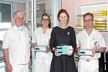 Nadační fond Kolečko daroval nemocnici čtyři přístroje pro infuzní léčbu poraněných dětí.