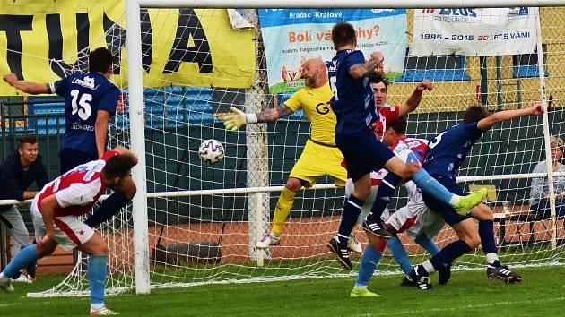TŘEBEŠSKÝ David Hruška (č. 5) po rohu skóruje hlavou do branky hradecké Slavie. Jeho gól však porážku neodvrátil.