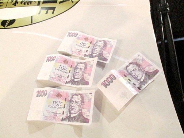 Zabavené padělané tisícikorunové bankovky.