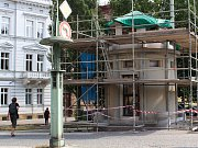 Lešení z památky na Pražském mostě zmizí o týden později. Památkáři si vyžádali úpravu projektu.
