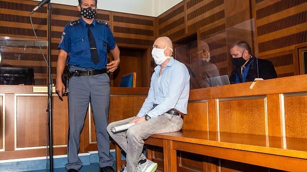 Eskorta přivádí 18. května 2020 k jednání u Krajského soudu v Hradci Králové muže, který podle obžaloby vloni v červenci zastřelil v restauraci v Rychnově nad Kněžnou svoji manželku.