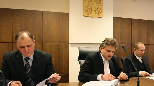 PŘEDSEDA  KRAJSKÉHO  SOUDU Milan Bořek (vpravo) a  místopředseda  pro  trestní  věci Miroslav Veselský.